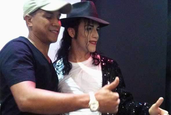 Rodrigo como Michael Jackson