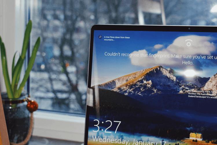 Notebook com tela inicial do Windows 10